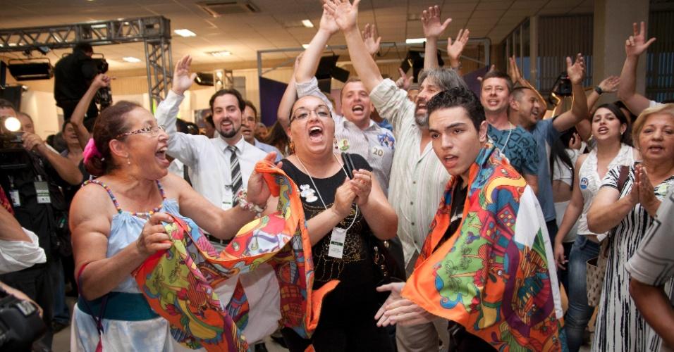 7.out.2012 - Eleitores comemoram a passagem do candidato à Prefeitura de Curitiba, Ratinho Junior (PSC), para o segundo turno, após a apuração dos votos do primeiro turno em Curitiba. Ratinho Junior enfrentará Gustavo Fruet (PDT)