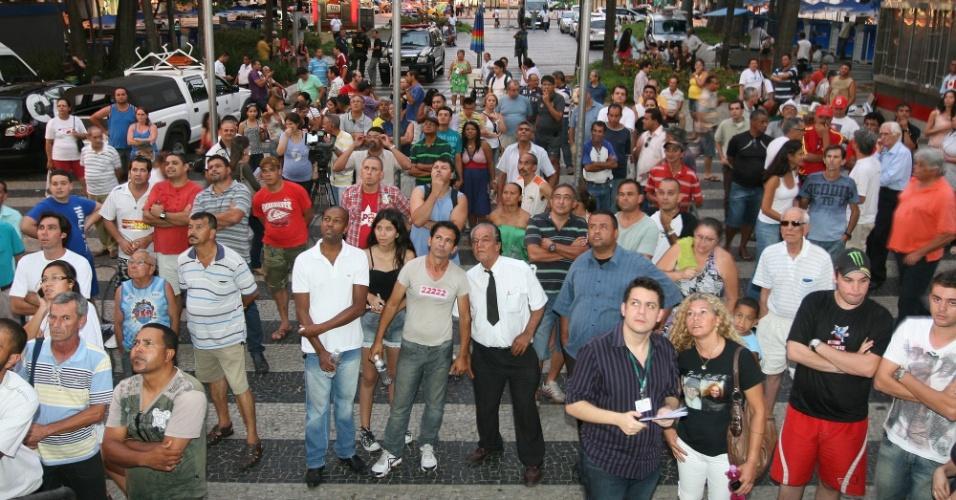 7.out.2012 -  Eleitores acompanham apuração dos votos das eleições municipais em um telão em frente ao Fórum Municipal de Campinas (SP), neste domingo