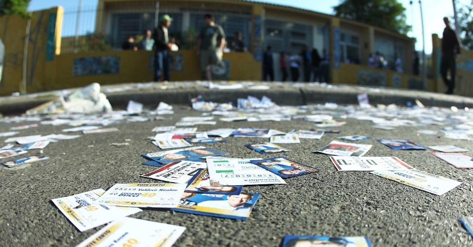 7.out.2012 - Eleitores caminham em meio a sujeira que toma conta das ruas próxima às zonas eleitorais de Curitiba (PR)