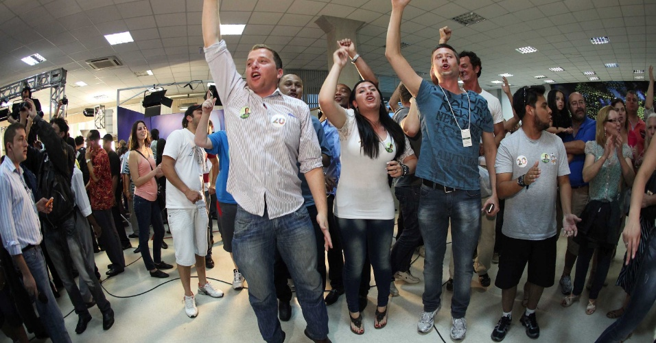 7.out.2012 - Eleitores comemoram a passagem do candidato do PSC à Prefeitura de Curitiba, Ratinho Junior, para o segundo turno das eleições municipais. Ratinho Junior enfrentará Gustavo Fruet (PDT)
