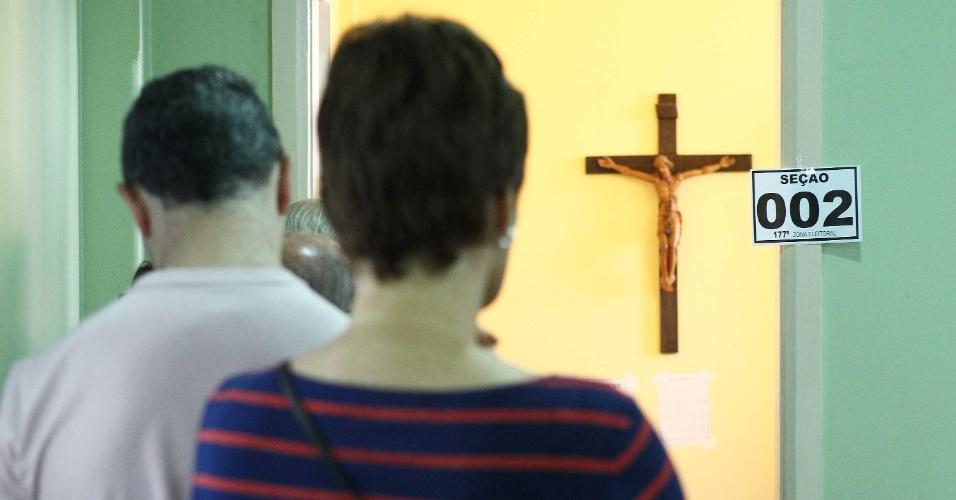 7.out.2012 - Eleitores enfrentam fila durante votação em Curitiba (PR)
