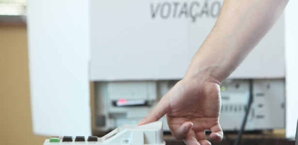 Eleitores utilizam urna biométrica em Curitiba; cidade terá segundo turno neste domingo