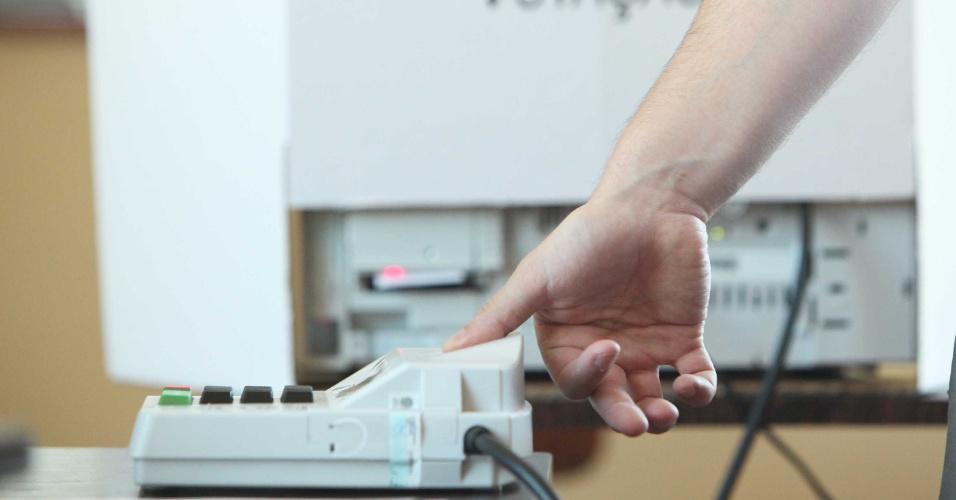 7.out.2012 - Eleitores utilizam urna biométrica durante votação em Curitiba (PR)