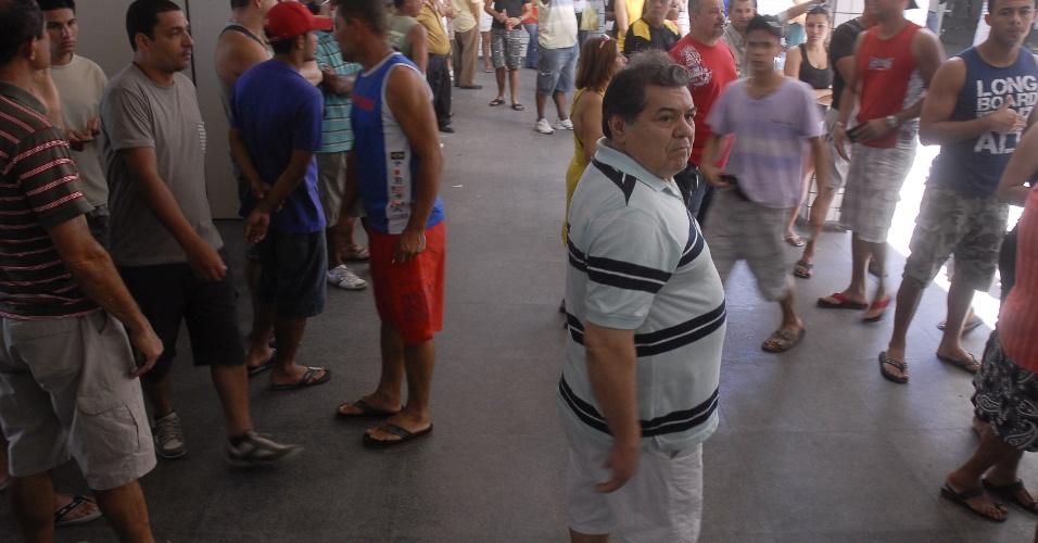 7.out.2012 - Eleitores votam na Comunidade do Timbau, no  Complexo da Maré, na Zona Norte do Rio de Janeiro, nesta domingo. Terceiro colégio eleitoral do país, ficando atrás apenas de São Paulo e Minas Gerais, o Rio de Janeiro tem 11,89 milhões de eleitores. O número representa 8,5% do eleitorado nacional, segundo dados do TSE (Tribunal Superior Eleitoral)