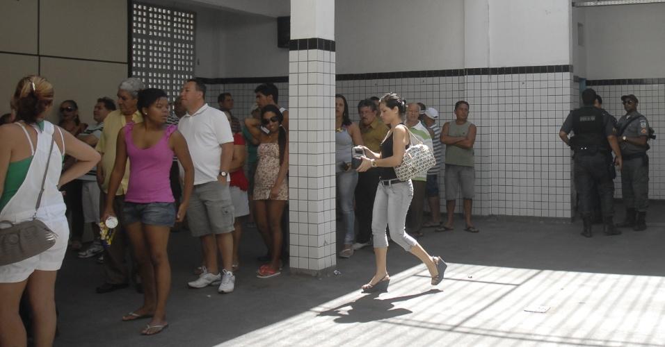 7.out.2012 - Eleitores votam na Comunidade do Timbau, no  Complexo da Maré, na Zona Norte do Rio de Janeiro, nesta domingo. Terceiro colégio eleitoral do país, ficando atrás apenas de São Paulo e Minas Gerais, o Rio de Janeiro tem 11,89 milhões de eleitores. O número representa 8,5% do eleitorado nacional, segundo dados do Tribunal Superior Eleitoral (TSE)