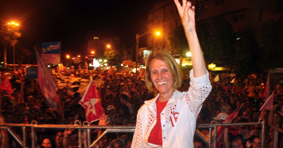 7.out.2012 -  Elisa Cosa comemora reeleição com festa em frente da sede da Prefeitura de Governador Valadares (MG)