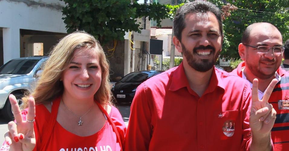 7.out.2012 - Elmano de Freitas (PT) votou na Assembleia Legislativa do Ceará, no final da manhã deste domingo (7), acompanhado pela prefeita de Fortaleza, Luizianne Lins (à esq.)
