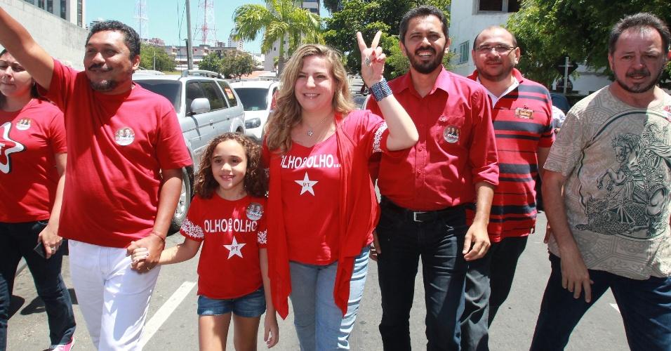7.out.2012 - Elmano de Freitas (PT) votou na Assembleia Legislativa do Ceará, no final da manhã deste domingo (7), acompanhado pela prefeita de Fortaleza, Luizianne Lins (centro)