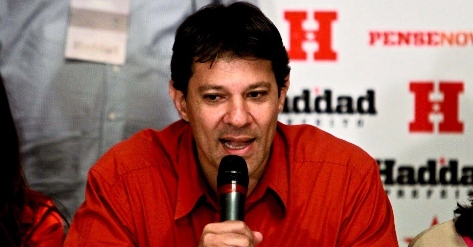 7.out.2012 - Fernando Haddad, candidato a prefeito do PT, fala em coletiva de imprensa sobre sua ida ao segundo turno. Emocionado, ele disse que procurará apoio nos próximos dias