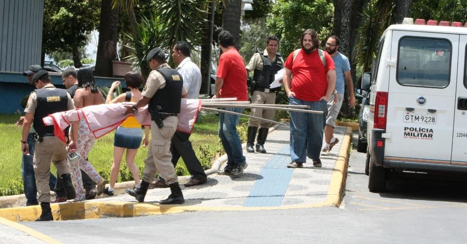 7.out.2012 - Fiscais apreendem material de propaganda irregular em Belo Horizonte, neste domingo (7)