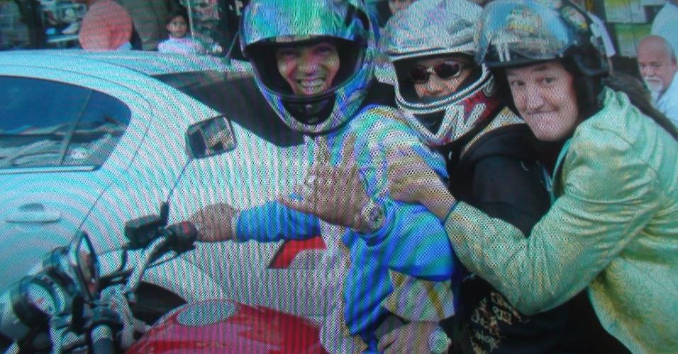7.out.2012 - Foto de campanha mostra candidato com motoqueiros na rua Santa Ifigênia, centro da cidade
