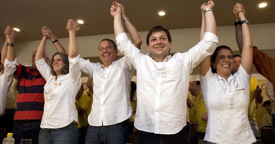 7.out.2012 - Geraldo Julio (2º a partir da direita), comemora reeleição para a Prefeitura de Recife, acompanhado de sua familia, da equipe de campanha e do governador de Pernambuco, Eduardo Campos (3º a partir da direita)