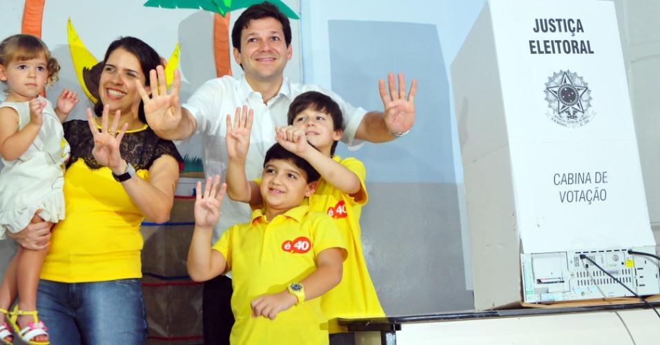 7.out.2012 - Geraldo Julio, candidato à Prefeitura de Recife pelo PSDB, vota com a mulher, Cristina, e os três filhos no bairro de Casa Forte, neste domingo (7)