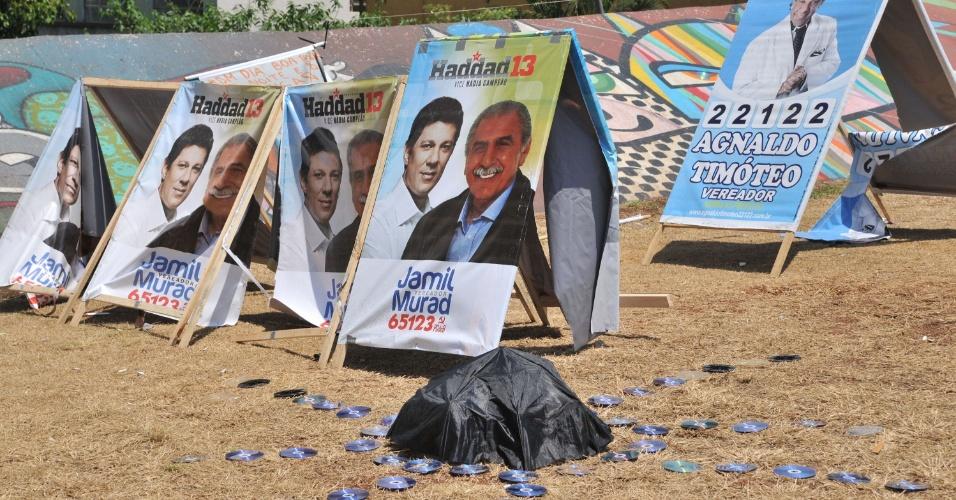 7.out.2012 - Intervenção artística sem assinatura  na  rua Augusta, cidade de São Paulo (SP). A obra faz críticas ao lixo eleitoral nas vias da cidade, neste domingo