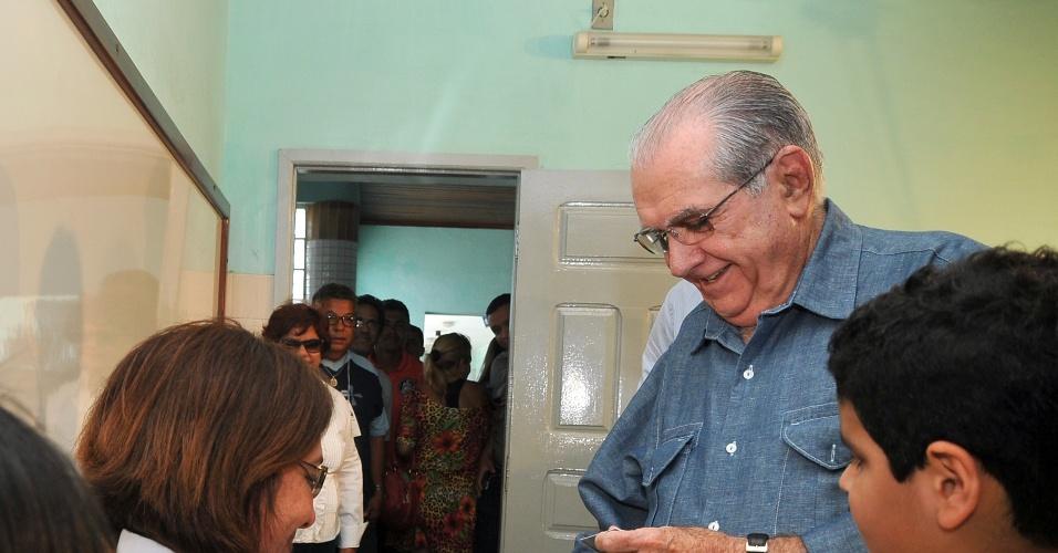 7.out.2012 - João Castelo (PSDB), candidato à reeleição pela Prefeitura de São Luís, chega para a votação das eleições municipais deste domingo