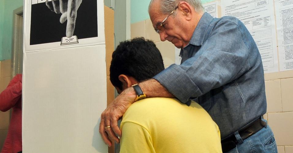 7.out.2012 - João Castelo (PSDB), candidato à reeleição pela Prefeitura de São Luís, registra seu voto neste domingo