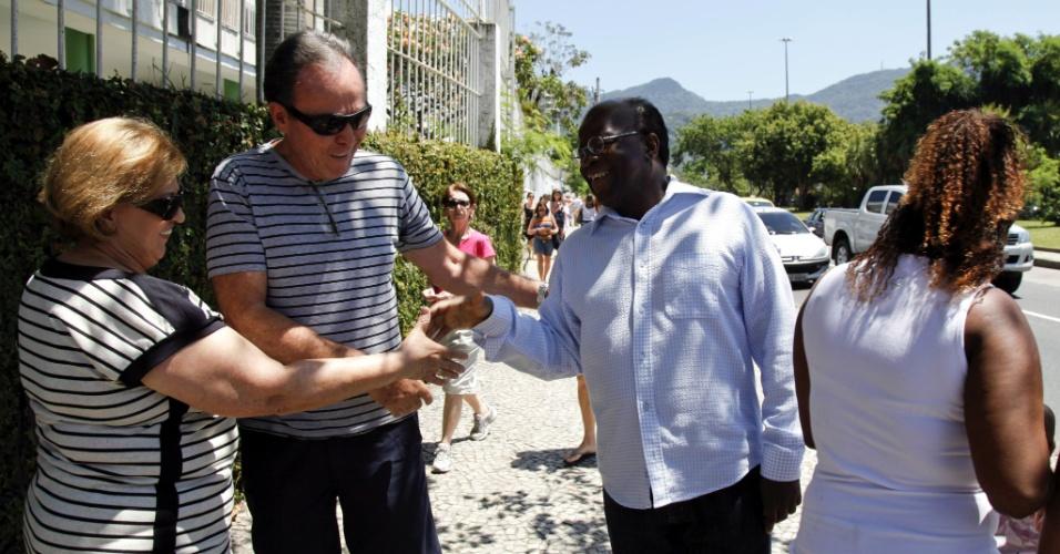 7.out.2012 - Joaquim Barbosa, ministro do STF (Supremo Tribunal Federal), vota no Clube Monte Líbano, zona sul do Rio de Janeiro, e é tietado por eleitores