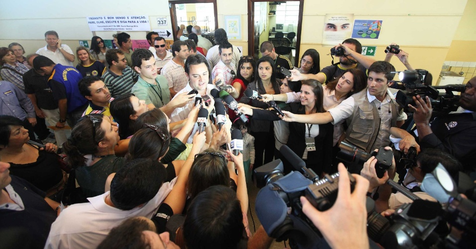 7.out.2012 - Jornalistas cercam o candidato do PSC à Prefeitura de Curitiba, Ratinho Junior, durante votação em um colégio no bairro de Santa felicidade