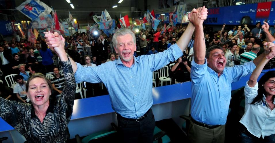7.out.2012 - José Fortunati (PDT) comemora a reeleição em Porto Alegre, após a apuração dos votos do primeiro turno. Na cidade onde a presidente Dilma Rousseff vota, o petista Adão Villaverde, o Villa, ficou em terceiro