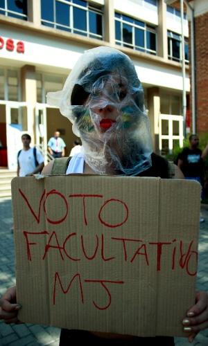 7.out.2012 - Jovens protestam contra a obrigatoriedade do voto no colégio Mackenzie, em São Paulo. Os jovens tiveram seus cartazes tomados à força pela Polícia Militar