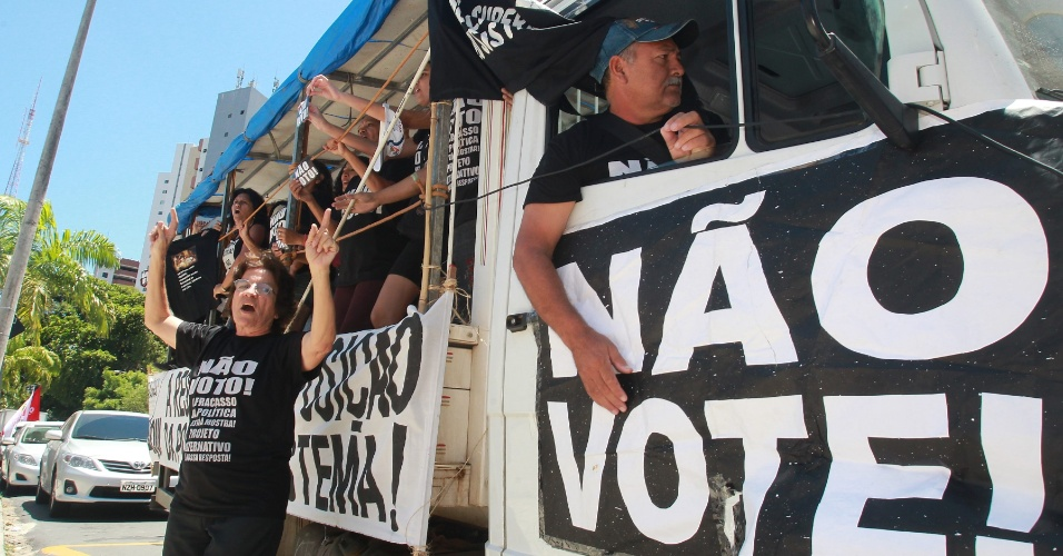 7.out.2012 - Manifestantes protestam durante votação do primeiro turno em Fortaleza, no Ceará
