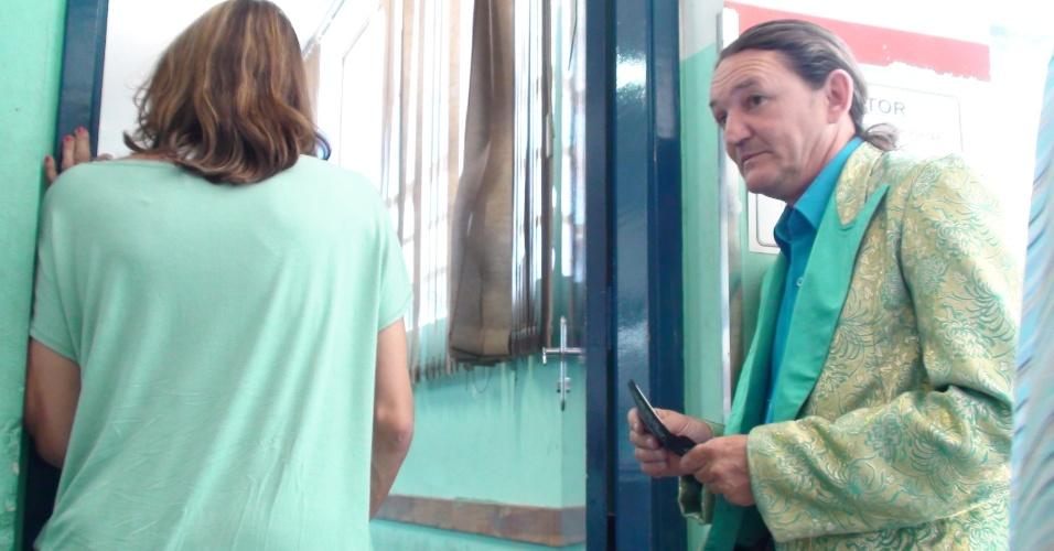7.out.2012 - Marquito aguarda na fila para votar em colégio na Casa Verde, bairro da zona Norte de São Paulo