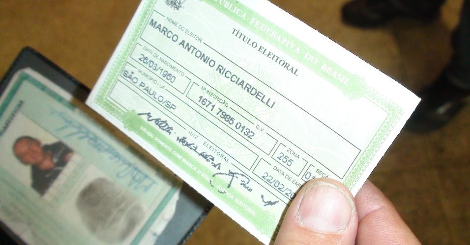 7.out.2012 - Marquito consulta o título de eleitor e vai a sua zona eleitoral em escola da zona Norte de São Paulo