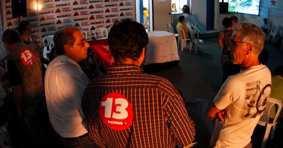 7.out.2012 - Militantes aguardam resultado final no comitê de Patrus Ananias, no Bairro de Santo Agostinho em BH