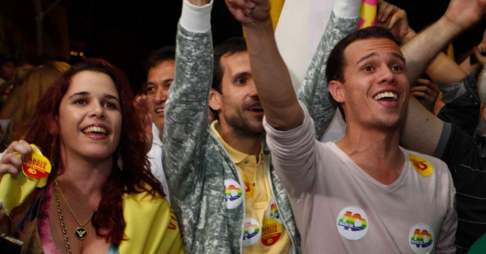 7.out.2012 - Militantes comemoram reeleição de Marcio Lacerda (PSB) em Belo Horizonte (MG)
