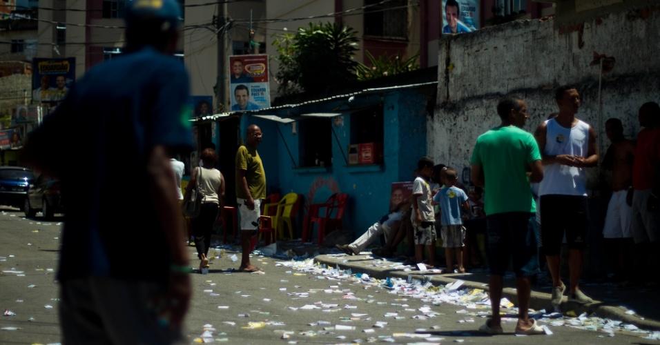 7.out.2012 - Movimento de pessoas no Complexo do Alemão, no domingo de eleições, na zona norte do Rio de Janeiro. Os eleitores do Complexo do Alemão, votaram pela primeira vez, em muitos anos, sem a influência direta do tráfico de drogas