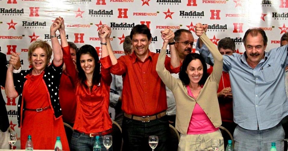 7.out.2012 - O candidato a prefeito Fernando Haddad comemora sua ida ao segundo turno das eleições durante entrevista coletiva em São Paulo