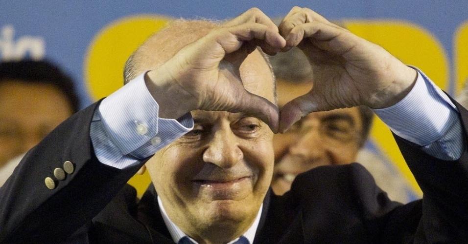 7.out.2012 - O candidato a prefeito José Serra faz um coração com as mãos durante coletiva na sede do PSDB. Ele vai disputar o segundo turno com o candidato do PT sem São Paulo, Fernando Haddad