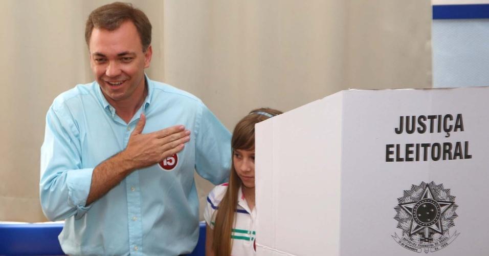 """7.out.2012 - O candidato à Prefeitura de Florianópolis (SC) pelo PMDB, Gean Loureiro, levou a filha para a cabine de votação no Colégio Catarinense, na manhã deste domingo (7). Ele disse estar """"confiante"""" para chegar ao segundo turno das eleições municipais"""