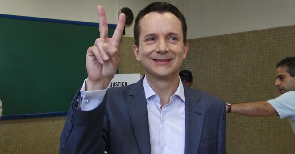 7.out.2012 - o candidato à Prefeitura de São Paulo, Celso Russomanno (PRB), vota na manhã deste domingo; Ibope aponta empate entre Serra, Russomano e Haddad