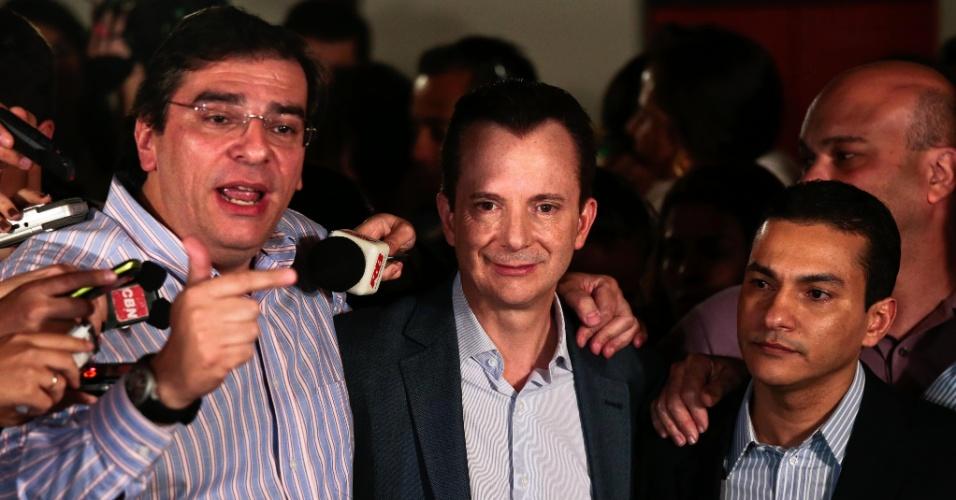 7.out.2012 - O candidato à Prefeitura de São Paulo pelo PRB, Celso Russomanno, é apoiado durante coletiva de imprensa para comentar o resultado das eleições municipais. Russomanno não conseguiu chegar ao segundo turno