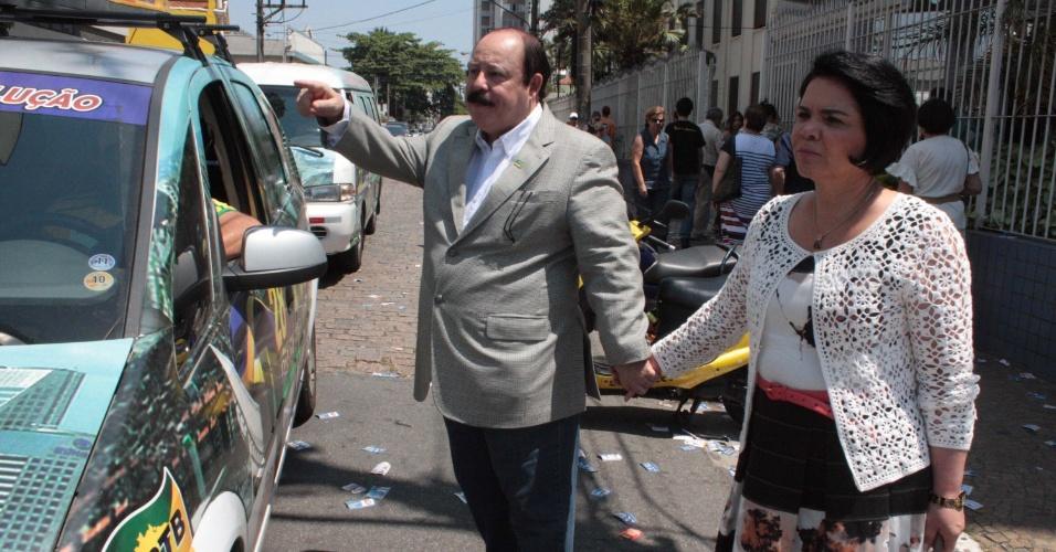 7.out.2012 - O candidato à Prefeitura de São Paulo pelo PRTB, Levy Fidelix, chega à votação no Colégio Beatíssima, em Santo Amaro, na zona sul da capital, com a mulher, Aldinea Fidelix