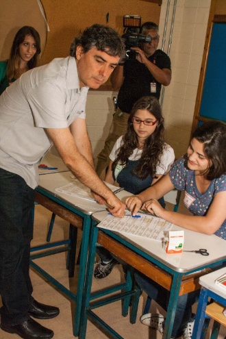 7.out.2012 - O candidato à prefeitura de São Paulo pelo PSOL, Carlos Giannazi, vota em escola na Vila Mascote, zona sul da capital, neste domingo (7)