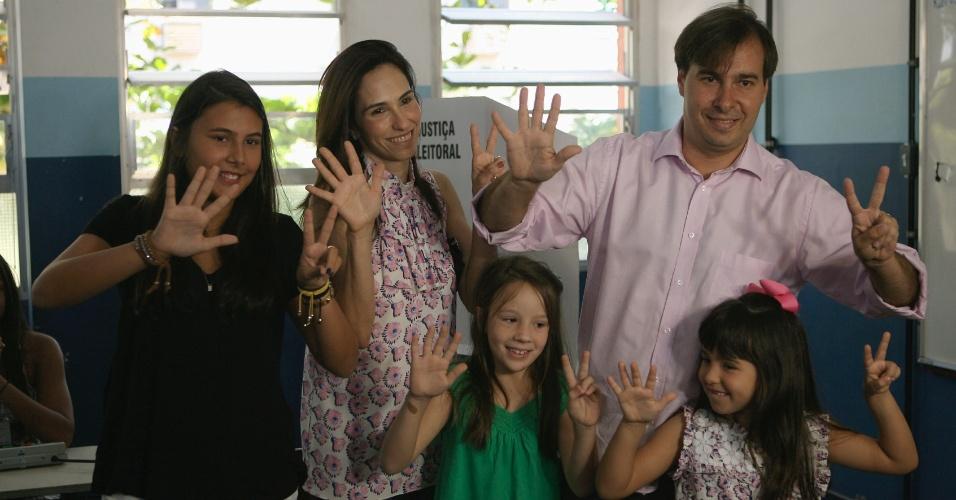 7.out.2012 - O candidato à Prefeitura do Rio de Janeiro pelo DEM, Rodrigo Maia, tira fotos com a mulher Patrícia Maia, as filhas Maria Antonia (à direita) e Maria Beatriz e a sobrinha Betina (no centro, de verde) após votar neste domingo (7) na escola municipal Zuleika Nunes de Alencar, na Barra da Tijuca