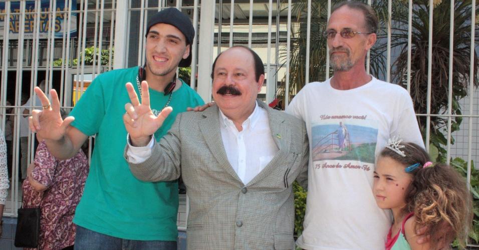 7.out.2012 - O candidato à Prefeitura pelo PRTB, Levy Fidelix, posa para foto durante votação na zona sul de São Paulo