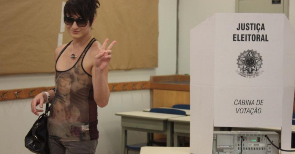 7.out.2012 - O candidato a vereador de São Paulo pelo PSD o ex- BBB Serginho votou em colégio do bairro Morumbi, durante a manhã