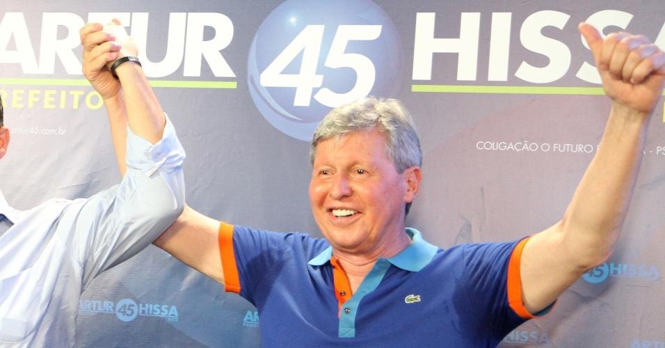 7.out.2012 - O candidato Arthur Virgilio Neto (PSDB) comemora bom resultado nas eleições; ele disputará o segundo turno com Vanessa Grazziotin (PC do B)