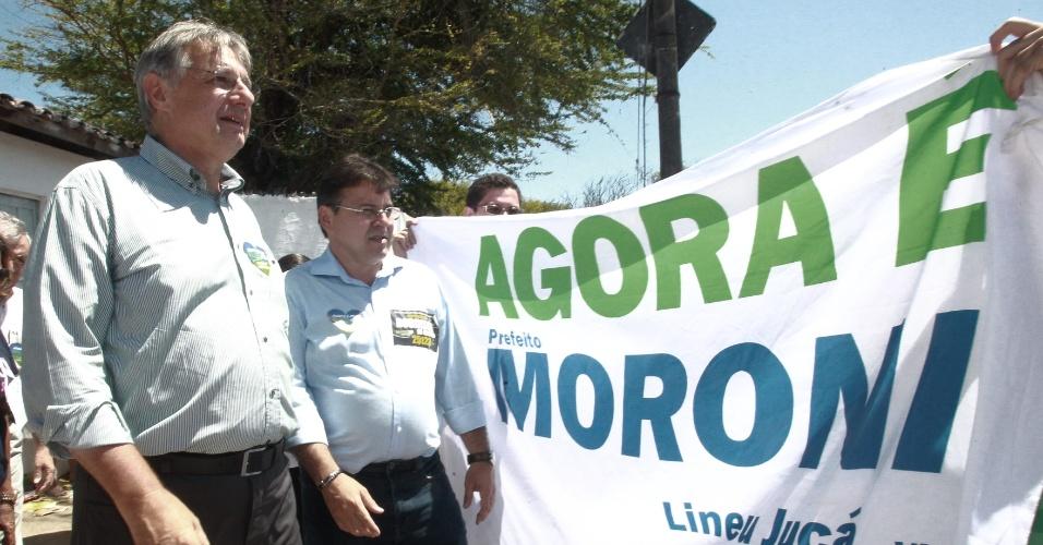 7.out.2012 - O candidato do DEM à Prefeitura de Fortaleza, Moroni Torgan (à dir.), vota no primeiro turno