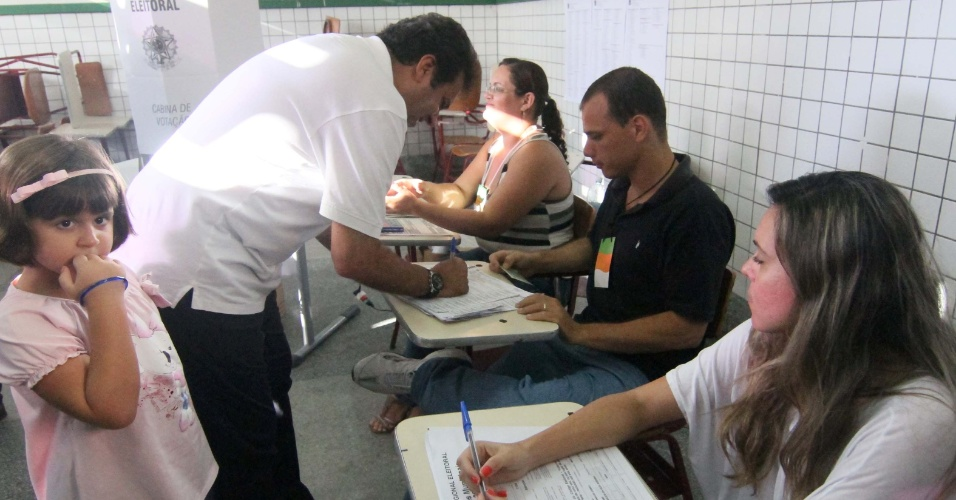 7.out.2012 - O candidato do PDT à Prefeitura de Natal, Carlos Eduardo, assina livro de registro durante votação na Escola Estadual Atheneu, na capital potiguar