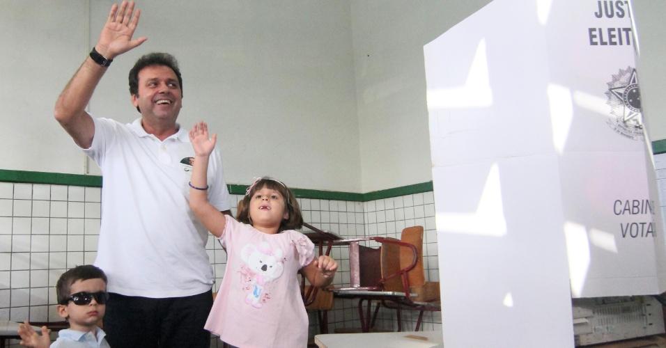 7.out.2012 - O candidato do PDT à Prefeitura de Natal, Carlos Eduardo, comemora com os filhos logo após registrar voto na Escola Estadual Atheneu, na capital potiguar