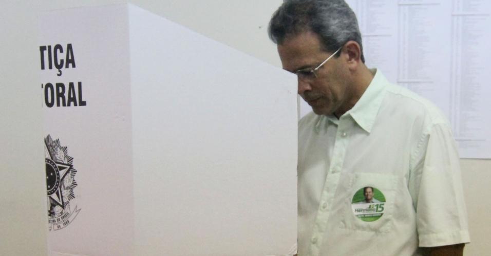 7.out.2012 - O candidato do PMDB à Prefeitura de Natal, Hermano Morais, vota no primeiro turno das eleições