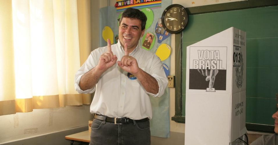 7.out.2012 - O candidato do PP à Prefeitura de Londrina (PR), Marcelo Belinati, vota em escola da cidade