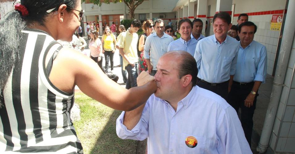 7.out.2012 - O candidato do PSB à Prefeitura de Fortaleza (CE), Roberto Claudio, cumprimenta eleitora