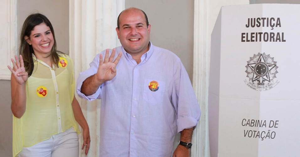 7.out.2012 - O candidato do PSB à Prefeitura de Fortaleza (CE), Roberto Claudio, vota no primeiro turno