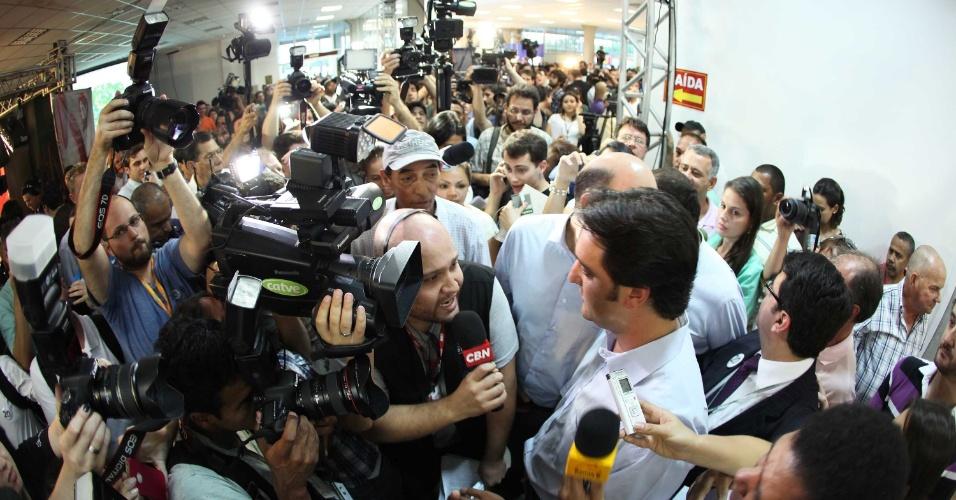 7.out.2012 - O candidato do PSC à Prefeitura de Curitiba, Ratinho Junior, concede entrevista para os jornalista após confirmar sua passagem para segundo turno das eleições municipais. Ratinho Junior enfrentará Gustavo Fruet (PDT)