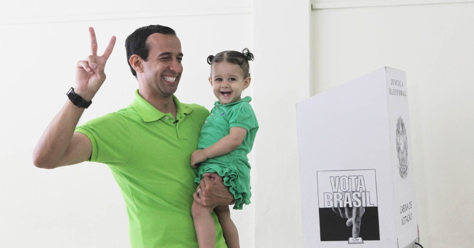7.out.2012 - O candidato do PSDB à Prefeitura de Santos (SP), Paulo Alexandre Barbosa, vota em escola da cidade